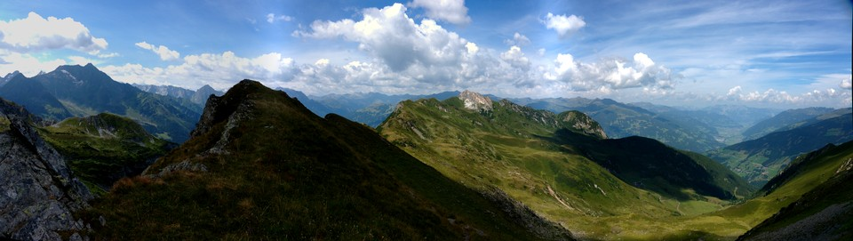 Panorama taken from the ridge just before Torhelm. Looking at Hochfeld and Gerlosstein in the sunshine.