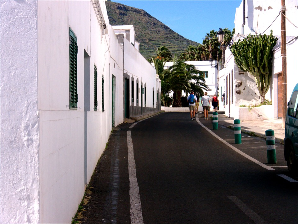 We set out along Calle El Puente, which then becomes to GR-131